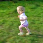 腕は振らない方が疲れず、早く走れる!?
